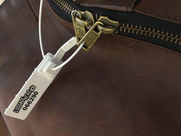 Scellé de sécurité   LuggageHero fixé aux tirettes de la fermeture éclair
